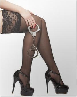 Poster Belles jambes de la femme dans des talons hauts et des menottes
