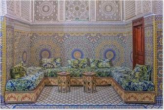 Canvas binnenplaats versierd met mozaïeken en houtsnijwerk in een