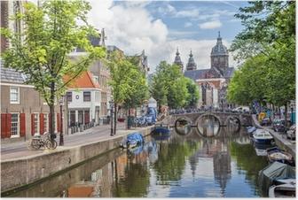 Póster Canal y la Iglesia de San Nicolás en Amsterdam