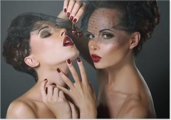 Poster Dainty. Twee Provocerende Vrouwen met Cherry Bessen. Verleiding