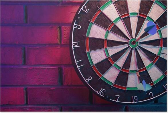 Poster Dartbord op een bakstenen muur met dramatische verlichting ...
