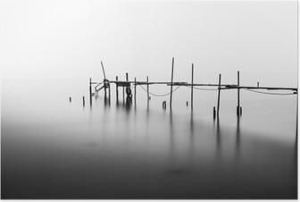 Poster Een lange blootstelling van een verwoeste pier in het midden van de Sea.Processed in B