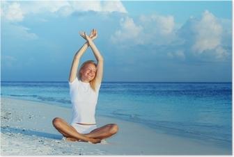 Poster Femme de yoga sur la côte maritime