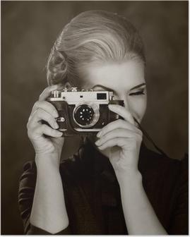 Poster Femme en robe classique avec caméra rétro.