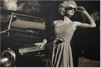 Poster Femme près d'une voiture en plein air rétro