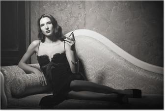 Poster Film noir style: élégant jeune femme allongée sur le canapé et de fumer la cigarette. Noir et blanc