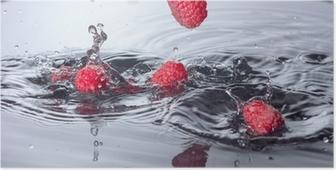 Poster Framboises rouges tombé dans l'eau avec Splash