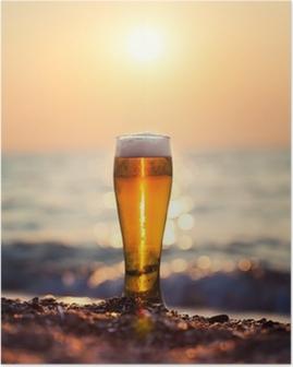 Poster Glas öl på en solnedgång