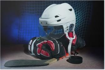 Poster Hockey handschoenen, helm en stok leggen op het ijs.