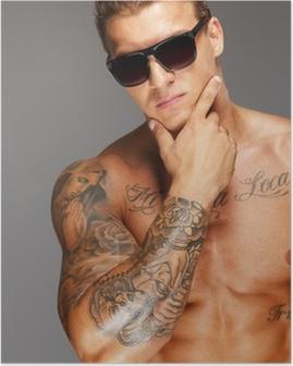 Póster Hombre guapo con gafas de sol con el musculoso torso tatuado