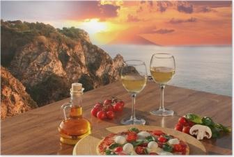 Poster Italiaanse pizza en glazen wijn tegen de kust van Calabrië, Italië