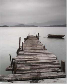Poster Kijkt uit over een pier en een boot, lage verzadiging