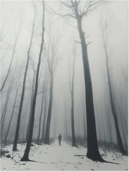 Poster L'homme dans la forêt avec de grands arbres en hiver