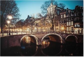Poster L'un des célèbres canaux d'Amsterdam, aux Pays-Bas au crépuscule.