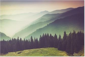 Poster Les couches de la montagne et de la brume dans les vallées.