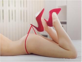 Poster Les jambes belle femme en talons jouant avec culotte rouge