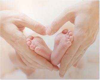 Poster Les pieds de petit bébé nouveau-né sur le coeur Femme Aiguilles de forme Gros plan
