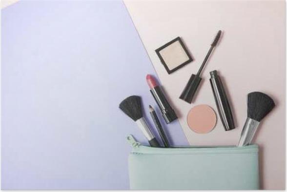 Poster Babykamer Pastel : Poster make up producten morsen uit een pastel blauw cosmetica zak