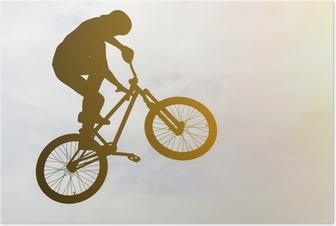 Poster Man doet een sprong met een bmx fiets tegen zonneschijn.