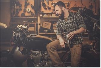 Poster Man och vintage stil café-racer motorcykel i garaget
