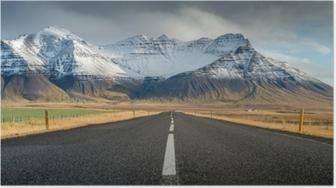 Poster Perspective route avec neige chaîne de montagnes arrière-plan en temps nuageux automne saison islande