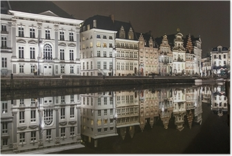 Poster Reflecties van witte gebouwen in een gracht in Gent