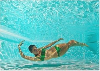 Póster Retrato de la mujer bajo el agua con bikini verde en la piscina.