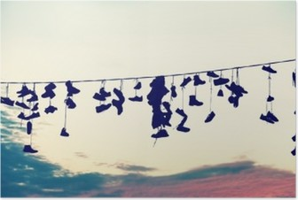 Poster Retro gestileerde silhouetten van schoenen opknoping op de kabel bij zonsondergang, tienerrebellie concept.