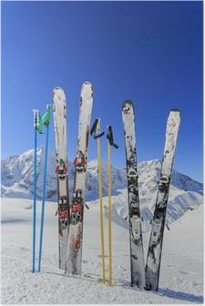 Poster Ski, montagnes et des équipements de ski sur les pistes de ski