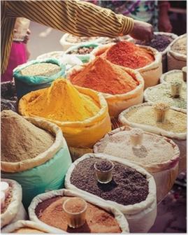 Poster Traditionele kruiden en gedroogde vruchten in de lokale bazaar in India.
