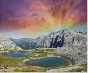 Poster Vackra sjöar och toppar av Dolomiterna. Sommar solnedgång över Alperna