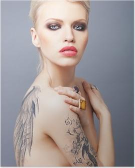 Poster Vamp söker kvinna med tatuering vingar på ryggen