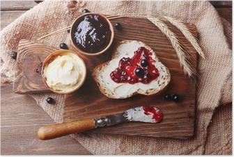 Poster Vers brood met zelfgemaakte boter en zwarte bessen jam