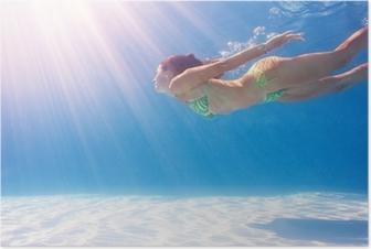 Poster Vrouw zwemmen onder water in een blauwe zwembad.