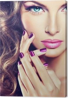 Quadro su Tela Bellissima modella con i capelli ricci e manicure viola