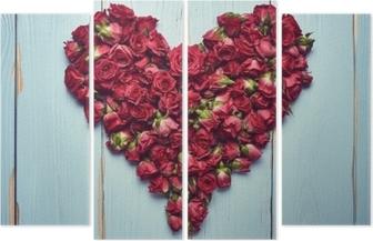 Quadríptico Forma de coração de rosas em fundo de madeira