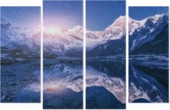 Quadriptychon Nachtszene mit Himalaya-Bergen und Bergsee in sternenklaren Nacht in Nepal. Landschaft mit hohen Felsen mit schneebedeckten Gipfel und Himmel mit Sternen und Mond spiegelt sich im Wasser. Mondaufgang schönes Manaslu