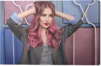 Quadro em Tela Modelo bonito moderno da forma com cabelo rosa curly que levanta na frente da parede colorida