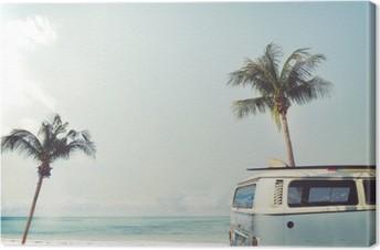 Quadro em Tela Vintage carro estacionado na praia tropical (beira-mar) com uma prancha no telhado - viagem de lazer no verão