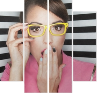 ecb26a73af42 Attraktiv ung overrasket kvinde iført briller Plakat • Pixers® - Vi lever  for forandringer