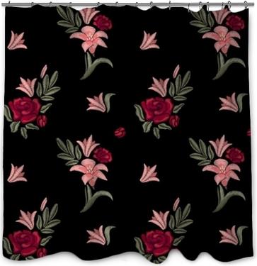 Rideau de douche Fleurs brodées. lis et roses. modèle sans couture. imprimé floral de vecteur.