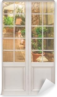 Samolepicí fototapeta Bílé dveře - ulice v Itálii
