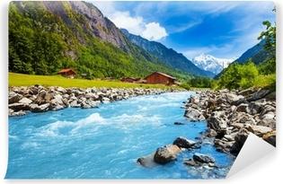 Samolepicí Fototapeta Švýcarská krajina s řekou proudu a domy