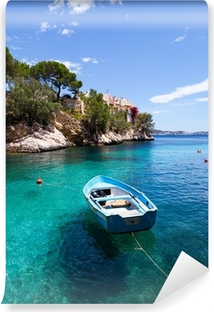 Selbstklebende Fototapete Alte Ruderboot in Cala Fornells, Mallorca Festgemacht