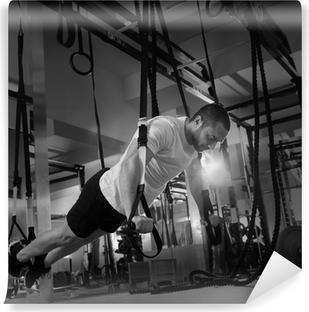 Selbstklebende Fototapete Crossfit Fitness TRX Push-ups Mann Training