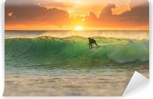 Selbstklebende Fototapete Ein Surfer, der bei Sonnenaufgang surft