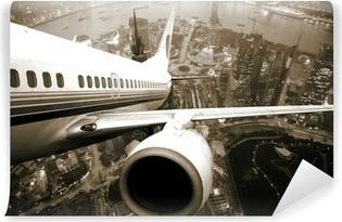 Selbstklebende Fototapete Flugzeugstart über der Stadt