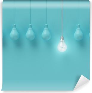 Selbstklebende Fototapete Hängende Glühbirnen mit einer unterschiedlichen Idee auf hellblauem Hintergrund, Minimal Konzept Idee, flach lag glühend, top