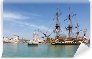 Selbstklebende Fototapete L'hermione quitte le port de la Rochelle.