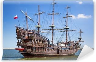Selbstklebende Fototapete Piraten Galeone Schiff auf dem Wasser von Ostsee in Gdynia, Polen
